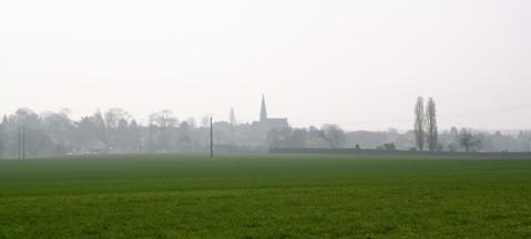 campagne parisienne, frise villageoisen église, brume, un dimanche à la campagne